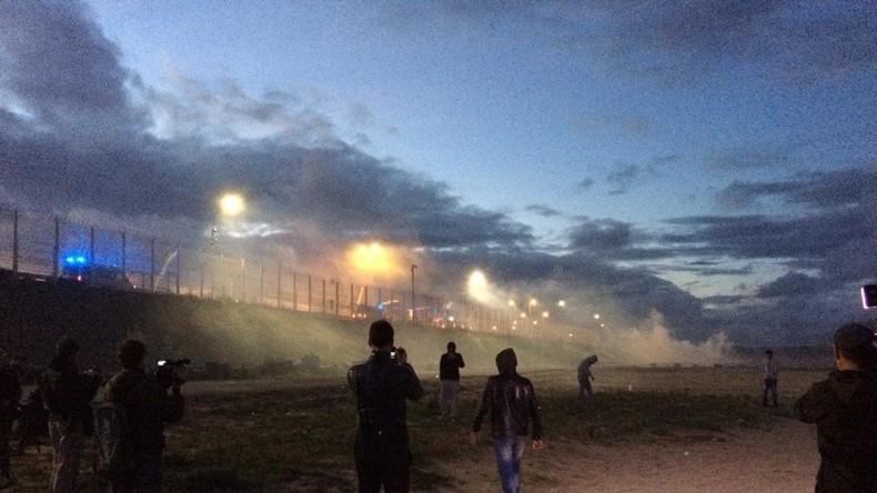 [Vidéo] Calais : Violents affrontements entre police et migrants avant le démantèlement de la «Jungle»