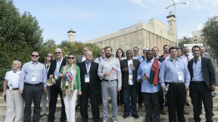 Défiant les menaces de l'Autorité palestinienne, 18 parlementaires venus du monde entier ont visité le Caveau des Patriarches pour exprimer leur refus du vote à l'UNESCO