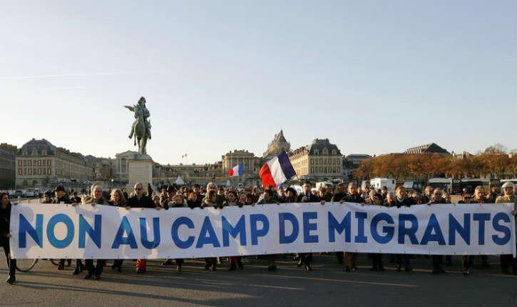 [Vidéo] «Ici on aime le vin et le cochon» : manifestation anti-migrants au château de Versailles