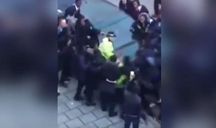 [Vidéo] Telle une «meute de loups sauvages», un groupe d'une trentaine d'adolescents agresse des policiers à Londres