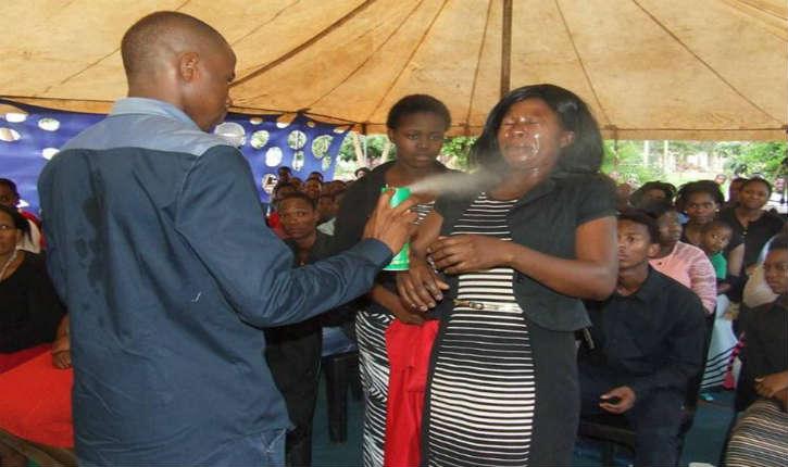 [Photos] Afrique du Sud : Un Prédicateur auto-proclamé «prophète» vaporise de l'insecticide «divin» sur ses fidèles pour les «guérir»
