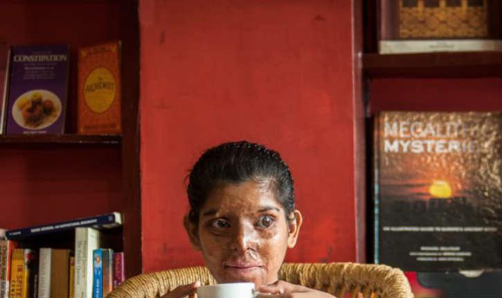 Inde: Sheroes Hangout, un café qui emploie uniquement des femmes victimes de brûlures à l'acide