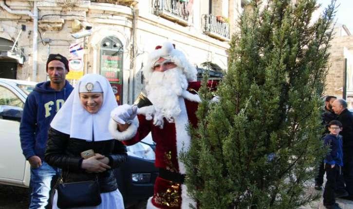 [Photos]Liberté de culte en Israël. La joie de Noël se répand à Jérusalem grâce aux dons de sapins