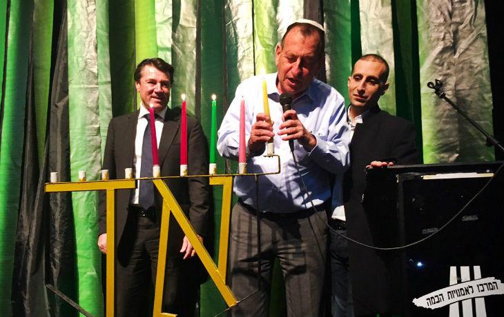 En visite de soutien en Israël, Christian Estrosi allume les bougies de Hanouka
