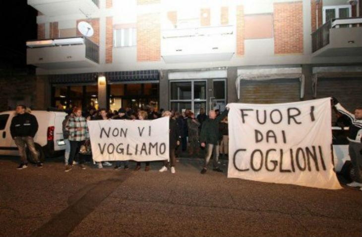 Italie : 400 Italiens manifestent après qu'une jeune fille se soit fait agresser par des migrants. Ces derniers se moquent et insultent les Italiens