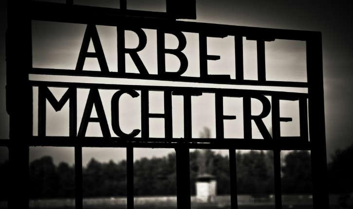 Le portail dérobé du camp de concentration de Dachau «Arbeit macht frei» a été retrouvé en Norvège