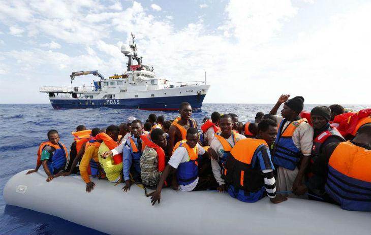 L'agence européenne Frontex accuse les ONG caritatives d'aider les passeurs de migrants, tandis que Libé prétend qu'il s'agit d'intox de la «fachosphère»
