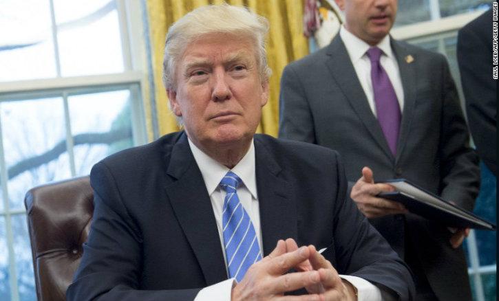 Donald Trump signe son nouveau décret interdisant l'entrée des ressortissants de six pays islamistes