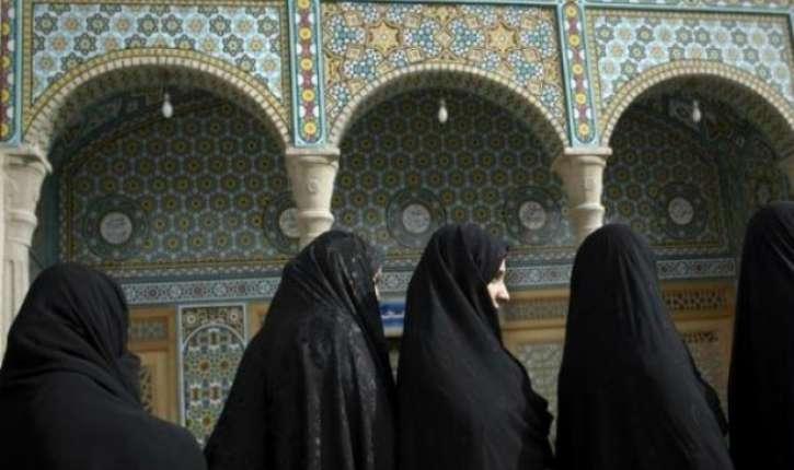 Iran : une femme manque de se faire écraser par la police iranienne parce qu'elle n'a pas de voile ( Vidéo)