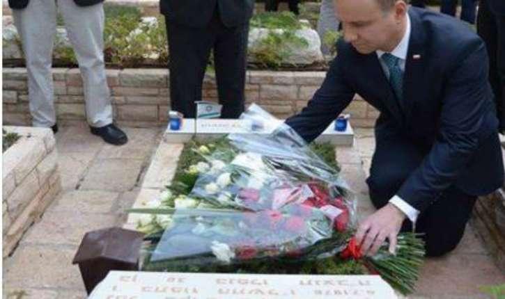 Mais que fait le président polonais sur la tombe de Yoni Netanyahou ?