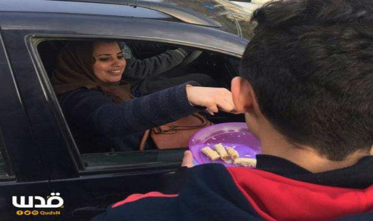 [Vidéo, Photos] Arabo-palestiniens : Distribution de gâteaux et bonbons pour fêter le meurtre de juifs à Jérusalem