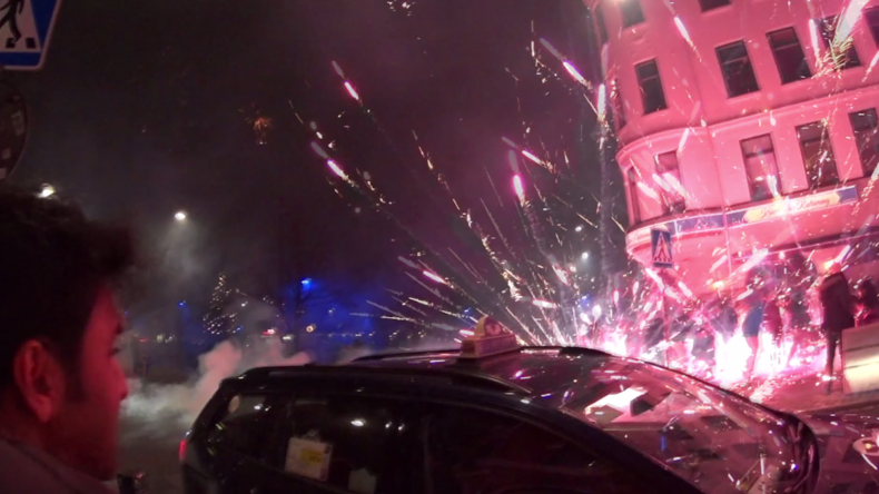 [Vidéo] Chaos dans les rues de Malmö : les migrants tirent des feux d'artifices sur la foule et la police