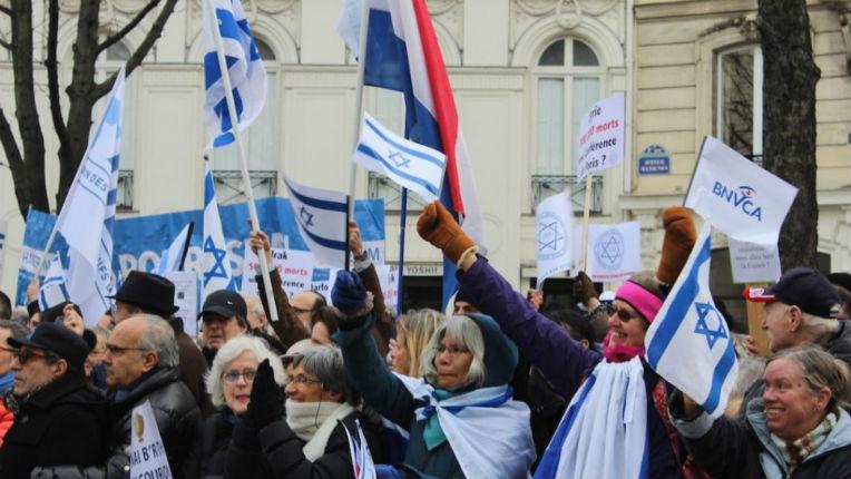Manifestation contre la conférence de Paris devant l'ambassade d'Israël, environ 1500 personnes pour soutenir Israël