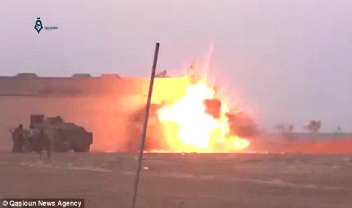 (Vidéo choc) Accident de travail : Un kamikaze de l'Etat islamique active ses explosifs trop tôt… c'est la seule victime de son attentat