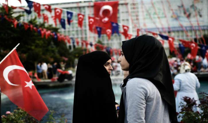 Turquie: les femmes servant dans la police et l'armée sont autorisées à porter le foulard islamique