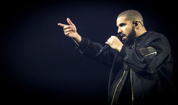 Liberté d'expression: le chanteur Drake demande à quatre islamistes présentent dans le public, d'enlever leur voile