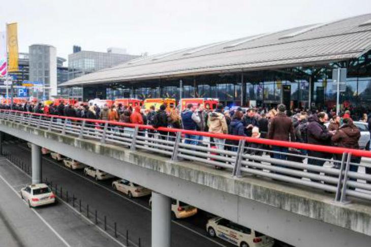 Aéroport de Hamburg évacué : Un gaz irritant diffusé dans les conduits, 68 personnes transportées à l'hôpital – tous les vols annulés