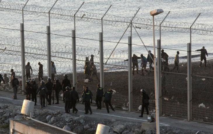 [Vidéo] Des centaines de migrants forcent la barrière entre le Maroc et l'Espagne à Ceuta