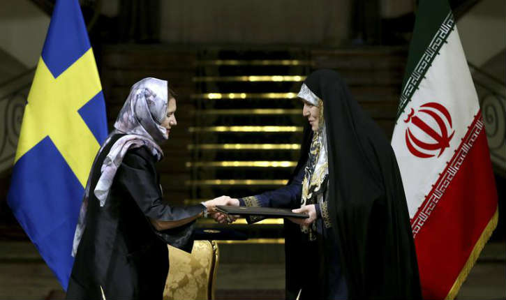 Téhéran : indignation, les femmes du «gouvernement féministe» suédois défilent en hijab devant le président iranien Rohani