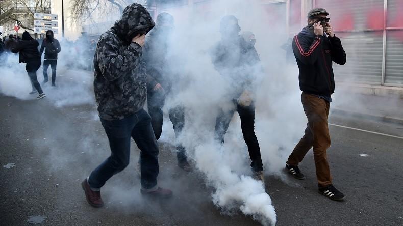 [Vidéo] Nantes : Les ultra-violents d'extrême gauche attaquent la police avec des bombes incendiaires et des mortiers lors d'un manifestation anti-FN