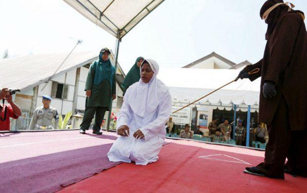 La Charia en action : Une femme musulmanebattue publiquement pour avoir des relations sexuelles en dehors du mariage en Indonésie