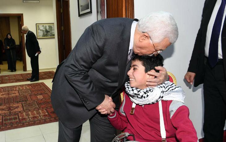 Le président palestinien Abbas rencontre des terroristes auteurs d'attentats et leurs familles