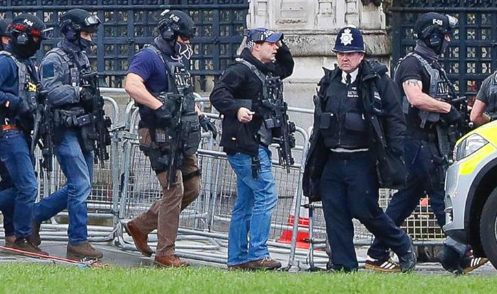 Londres : un homme armé d'un sabre a été interpellé alors qu'il criait à plusieurs reprises «Allah Akbar»