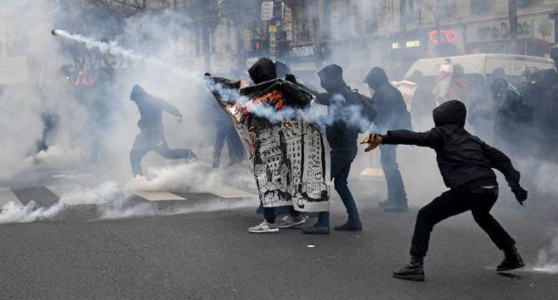 [Vidéo] La marche des organisations gauchistes «contre les violences policières» dégénère dans la violence de l'extrême gauche