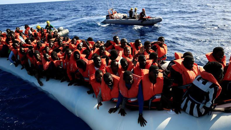 Des militants anti-immigration repoussent des migrants en bateau