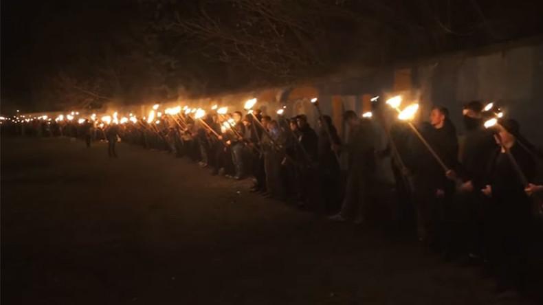 [Vidéo] Des nationalistes ukrainiens honorent un collaborateur nazi lors d'une marche aux flambeaux