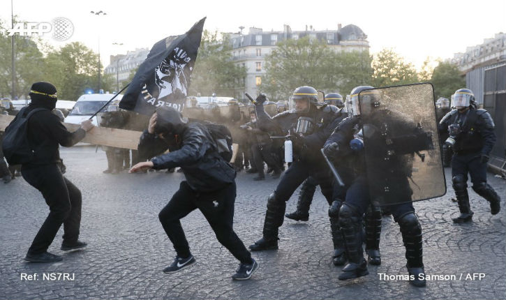 Présidentielle: heurts autour de Bastille entre «antifascistes» et CRS