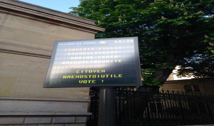 Piratages Scandaleux : Paris, des panneaux municipaux diffusent des messages contre Le Pen et Fillon!
