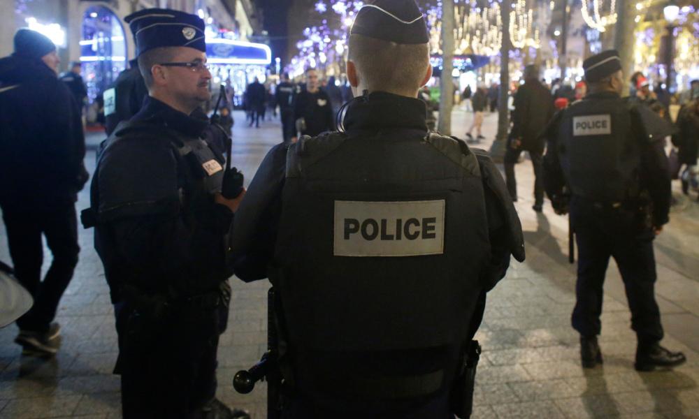 Attentat sur les Champs-Elysées: un policier tué un autre grièvement blessé
