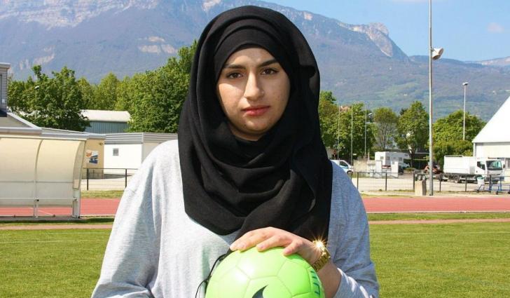 Islamisation : une musulmane entraîneur de foot, privée de match à cause de son voile