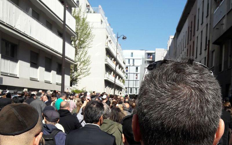 [Vidéo] La marche blanche pour Sarah Halimi perturbée par de jeunes musulmans «Nous avons nos kalach»,«Sales Juifs» et jets de bouteilles