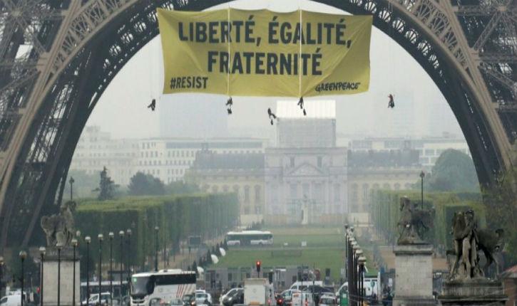Greenpeace déploie une banderole contre le Front national sur la tour Eiffel