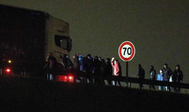 Les migrants posent un barrage sur la rocade de Calais, pour empêcher les automobilistes de passer…