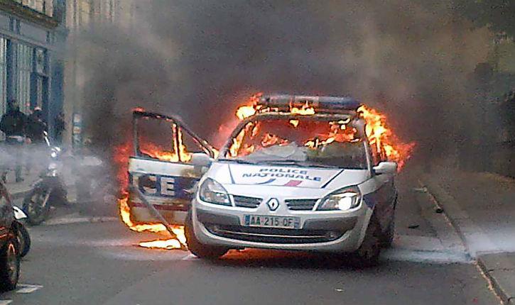 Voiture de police incendiée : pour le parquet, il n'y a pas eu volonté de tuer