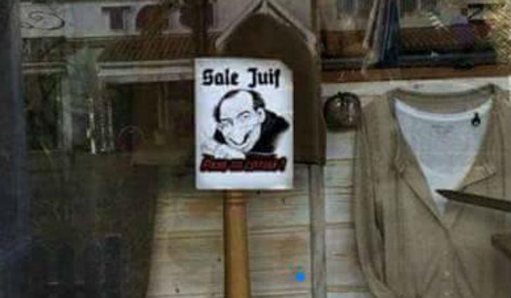 Antisémitisme à Lacanau : Une vitrine d'une boutique dégradée avec un autocollant antisémite «Sale Juif»