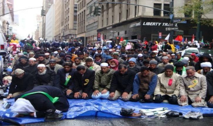 New York : une centaine d'islamistes prient dans la rue devant la Trump Tower (Vidéo)