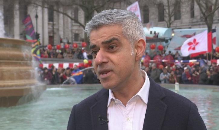 (Vidéo) Un jeune garçon de 7 ans énervé demande des comptes au maire de Londres suite à l'incendie de la Grenfall Tower : «Combien d'enfants sont morts? Qu'est-ce que vous allez faire à ce sujet? »