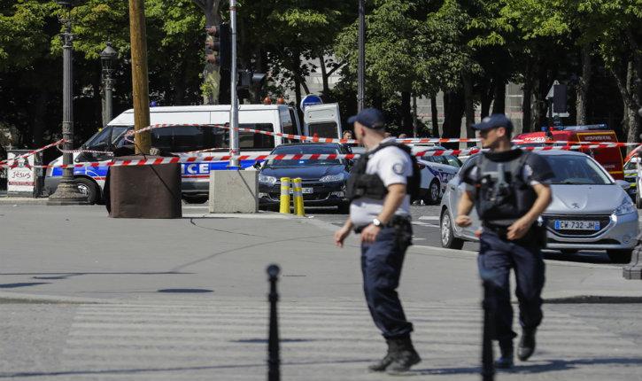 Paris: Un terroriste fiché S fonce sur un fourgon de gendarmerie sur les Champs-Elysée et explose