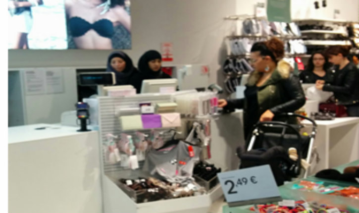 Un maire LR suscite un tollé en demandant à H&M d'interdire le voile à ses vendeuses