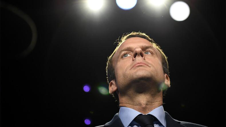 Emmanuel Macron, président absolu, se nomme chef des services secrets