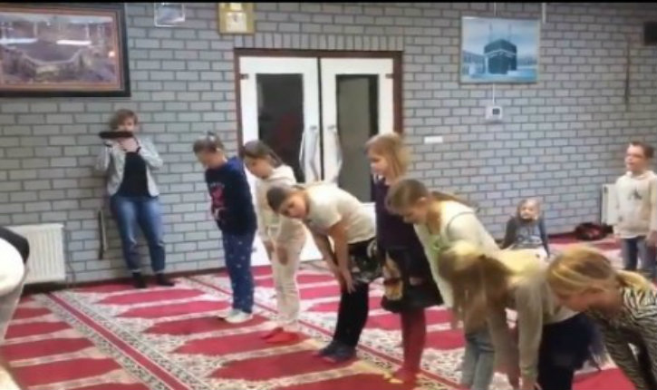 Allemagne – Propagande pour l'Islam à l'école. Les parents qui s'opposent à la visite d'une mosquée sont mis à l'amende et traînés devant un tribunal.