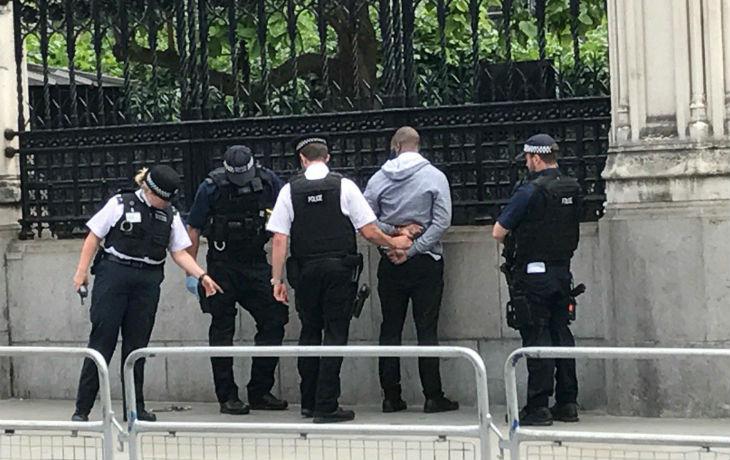Un homme armé d'un couteau arrêté devant le Parlement britannique (vidéos)