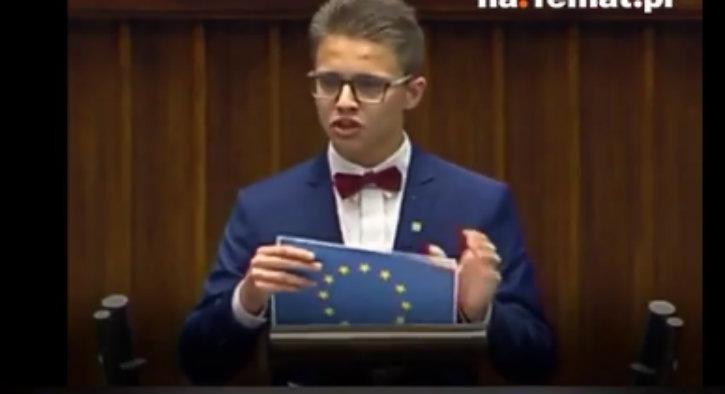(Vidéo) Invité à s'exprimer au parlement polonais, un adolescent déchire le drapeau de l'UE et dénonce le terrorisme musulman