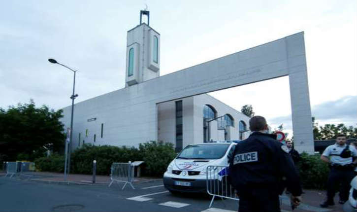 Un homme fonce dans les barrières protégeant la mosquée de Créteil