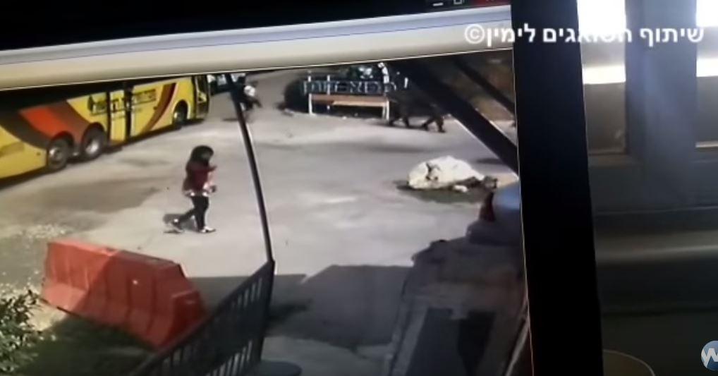 [Vidéo] Une terroriste palestinienne poignarde un soldat israélien en Judée Samarie. Elle est poursuivie et abattue