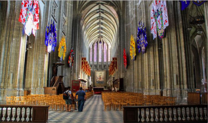 Orléans : un islamiste provoque les fidèles de la cathédrale au cri d' « Allah akbar » puis menace de mort les policiers